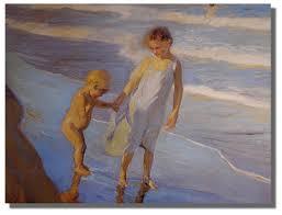 Niños paseando por la playa