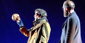 """Escena de la obra de teatro """"Hamlet"""", versión de la Compañía Nacional de Teatro Clásico y Kamikaze Producciones"""